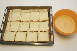 Narezane šnite kruha složiti u veći lim za pečenje