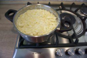 Pomiješati tjesteninu sa bechamel umakom