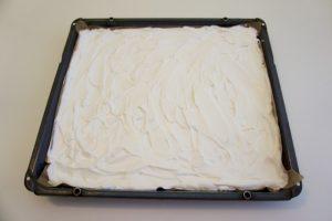 Premzati smjesom za beze koru preko nauljenog papira za pečenje