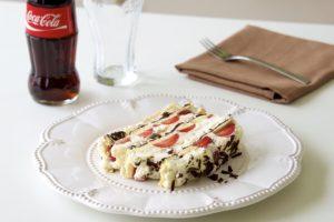 Kremasti kolač s jagodama i čokoladom