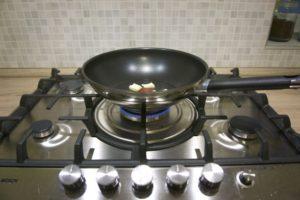 Zagrijati maslac u woku ili tavi