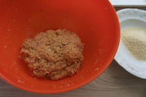 Pripremiti mesnu smjesu za okruglice