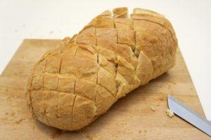 Kruh zarezati skoro do kraja na manje dijelove u obliku rombova