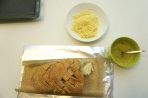 Pripremiti začinski maslac i ribani sir