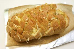 Nagurati u otvore na kruhu prvo maslac, a potom i sir