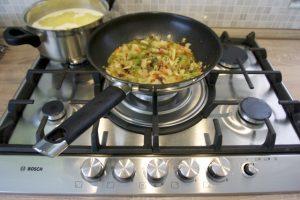 Ispržiti i povrće, pa sve skupa pomiješati..