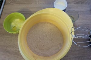 Pripremiti sve sastojke za mokri kokač sa čokoladom