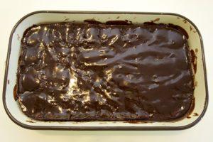 Zaliti kolač čokoladnim preljevom