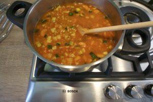 Tada dodati kašu, crvenu papriku i zaliti vodom