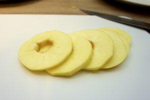 Oguliti i narezati jabuke