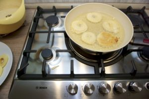 Umakati jabuke u tijesto i pržiti ih s obje strane