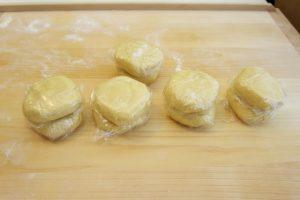 Svaki dio tijesta omotati folijom i pospremiti u hladnjak