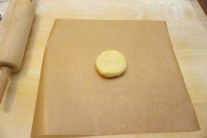 Ohlađeno tijesto položiti na papir za pečenje