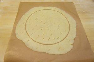 Maknuti gornji papir za razvaljanog i izrezanog tijesta
