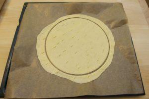 Premjestiti tiejsto zajedno sa papirom u lim za pečenje