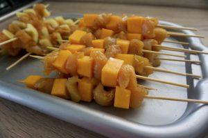 Nanizati meso i bundevu na štapiće za ražnjiće