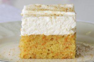 Poslužiti kolač izrezan na kocke!