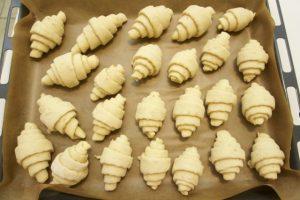 Raditi kroasane i slagati ih u lim za pečenje