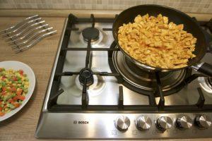Pržiti piletinu u woku