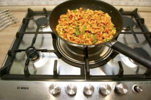 Doliti rajčicu i začine, i propirjati