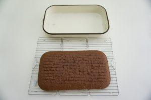Prerezati biskvit na pola