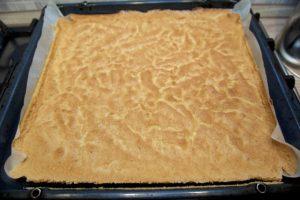 Pečeni biskvit za roladu izgleda ovako