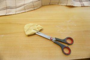 Svaki komadi oblikovati u trokut i zarezivati nožem sa strane