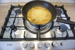 Dodati rižu pa pirjati do kraja...