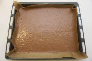 izliti biskvitnu smjesu u lim za pečenje