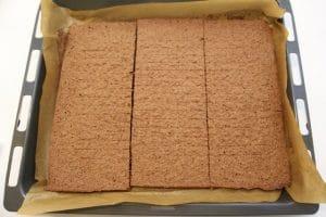 Izrezati pečeni biskvit na tri trake