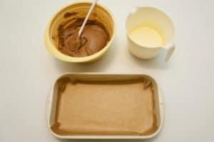Pripremiti biskvitnu smjesu sa kakaom i kremu od jaja i sira