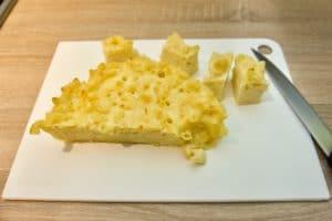 Narezati makarone sa sirom na manje komade