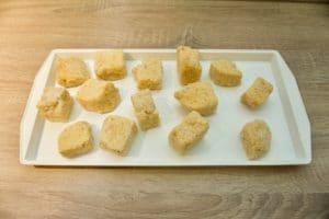 Umakati kocke makarona u brašno, jaja i mrvice, pa pržiti u ulju