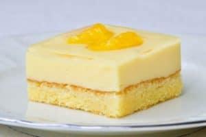 Ohladite, režite na kocke i poslužite kremasti kolač s mandarinama!