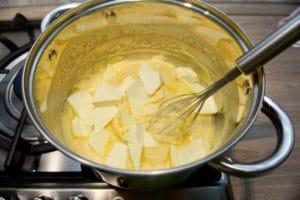 U kuhanu kremu umiješati maslac
