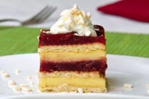 Poslužite rashlađeni kolač sa slatkim vrhnjem...