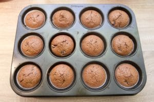 Pečeni schwarzwald muffini čekaju kremu i preljev