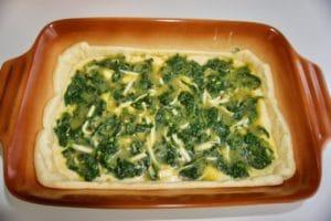 Preko toga rasporediti nadjev od špinata i jaja, pa naribati sir