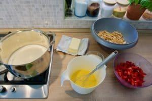 Pripremiti sve sastojke za 15-minutni kolač s jagodama i keksima