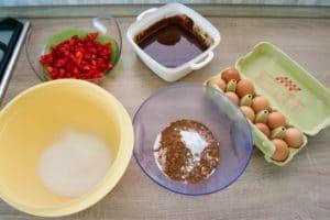 Pripremiti sve sastojke za brownies sa jagodama