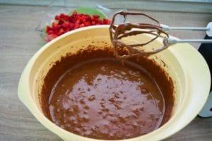 Izmiksati sve sastojke i umiješati jagode