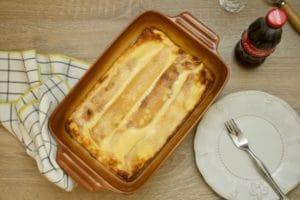 Poslužiti slatke zapečene palačinke sa sirom i vrhnjem