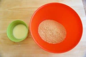 Pripremiti mljevene kekse i otopiti maslac