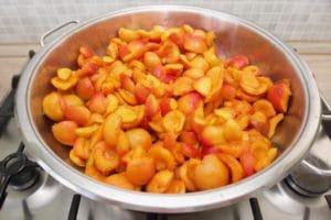 Očišćene marelice stavite u veću posudu za kuhanje i polako kuhajte