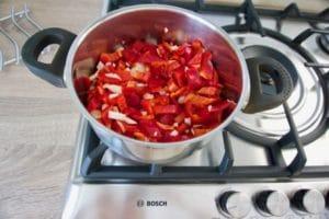 Pržiti luk i papriku