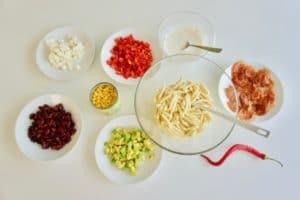 Svi sastojci za meksičku salatu sa tjesteninom