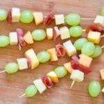 Slatko slani ražnjići od ljetnog voća i pršuta