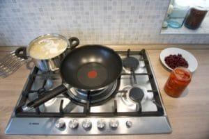 Skuhati tjesteninu i pripremiti sve za umak