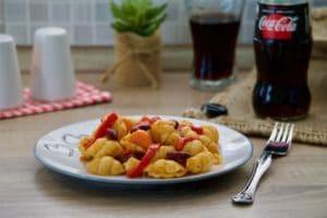 Sjediniti umak sa tjesteninom i poslužiti.