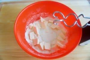 Pomiješati sve sastojke za prhko tijesto